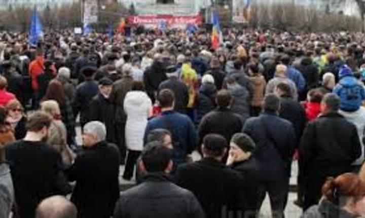 Mii de persoane protestează în faţa Parlamentului de la Chişinău