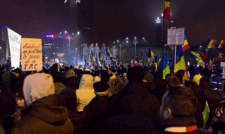 Zeci de mii de oameni au protestat duminica în Bucureşti şi în multe oraşe împotriva modificărilor legilor justiţiei
