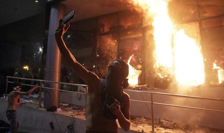 Un manifestant face un selfie în faţa Congresului în flăcări, în Asuncion (Foto: AFP/Cesar Olmedo)