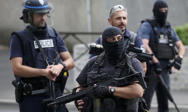 Poliţişti francezi, la periferia Parisului (Foto: Reuters/Charles Platiau)