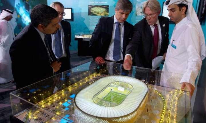 Prezentarea, în 2010 la Doha, a unei machete pentru un stadion din Qatar unor inspectori FIFA în cadrul candidaturii pentru Cupa mondialà din 2022