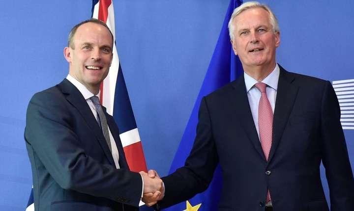 Dominic Raab (stânga) și Michel Barnier