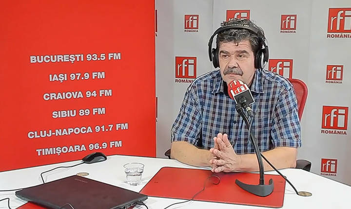 Scriitorul Radu Paraschivescu in studioul de emisie RFI Romania