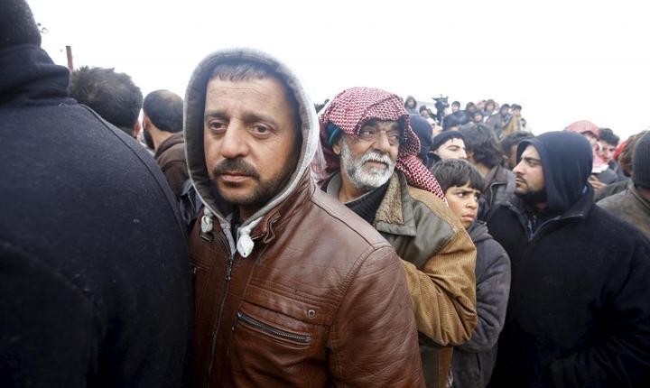 Deplasati sirieni masati la frontiera cu Turcia, nu departe de punctul de frontierà Bab al-Salam, pe 6 februarie 2016