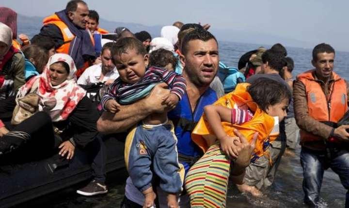 Refugiaţi sirieni în încercarea de a ajunge din Turcia pe insulele Lesbos din Grecia