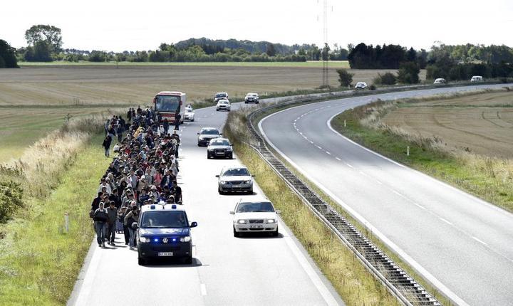 Migranti, în mare parte sirieni, pe o sosea din Danemarca în septembrie 2015