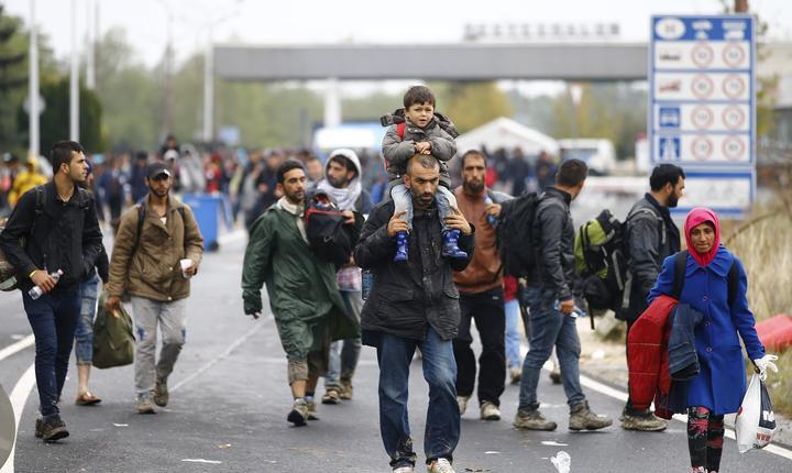 Mii de refugiați așteaptă să treacă granița în Austria