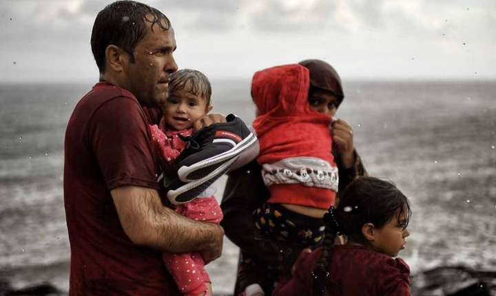 Familie de refugiati pe insula Lesbos din Grecia