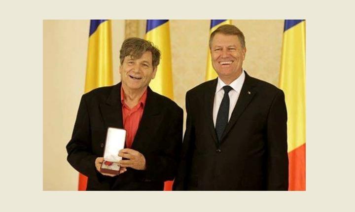 Regizorul Alexander Hausvater decorat de Preşedintele României, Klaus Iohannis