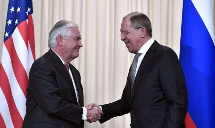 Rex Tillerson (S) si Serghei Lavrov (D) in timpul unei conferinte de presa la Moscova, 12 aprilie 2017