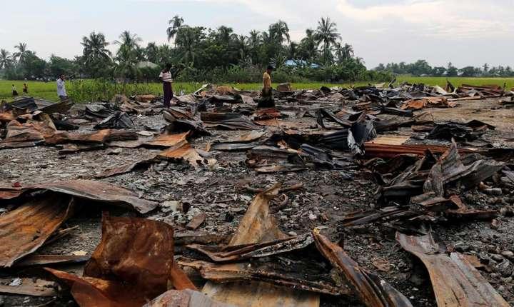 Resturile unei piete incendiate într-un sat locuit de Rohingya, statul Arakan din Birmania, 27 octombrie 2016