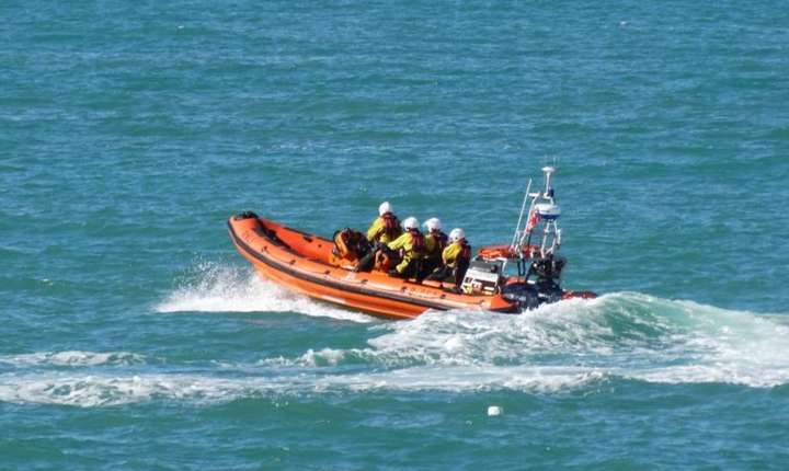 Barcă cu motor a salvatorilor în largul coastelor Angliei