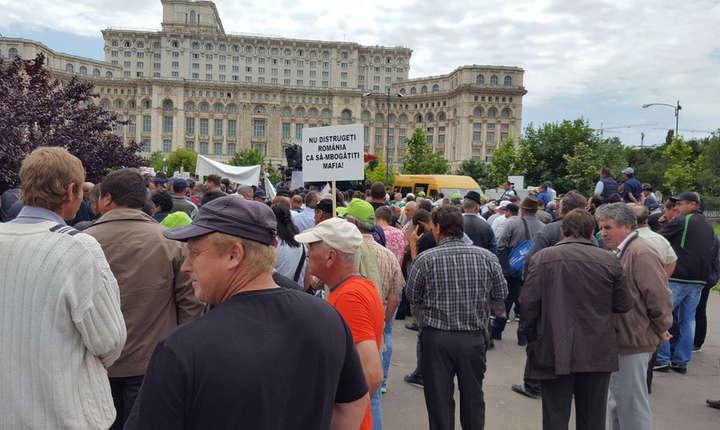 Manifestatie a agricultorilor români în fata Parlamentului de la Bucuresti