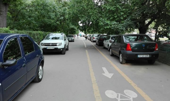 Mașini parcate pe un trotuar din Drumul Taberei (Foto: RFI/Cosmin Ruscior)