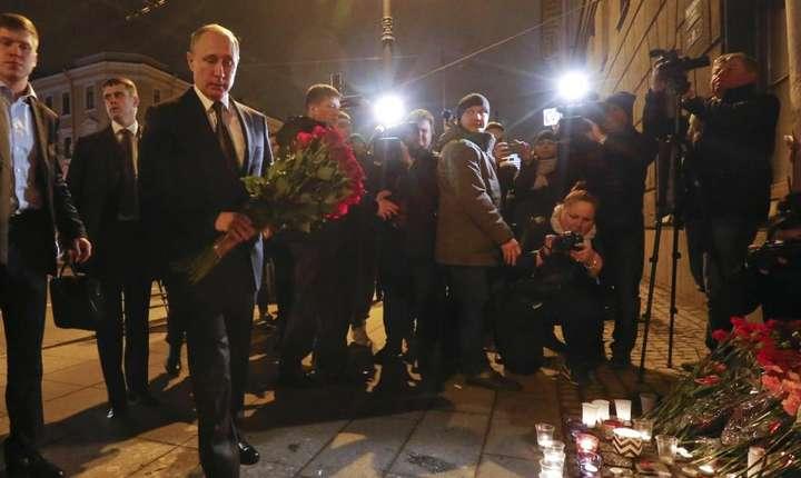 Preşedintele Vladimir Putin depune un buchet de flori, în memoria victimelor atentatului din Sankt Petersburg, luni, 3 aprilie 2017 (Foto: Reuters/Grigory Duko)