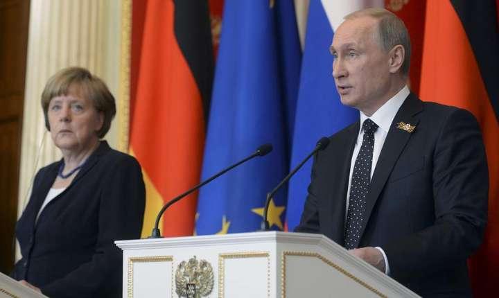 Angela Merkel si Vladimir Putin la o conferinta comuna în mai 2015