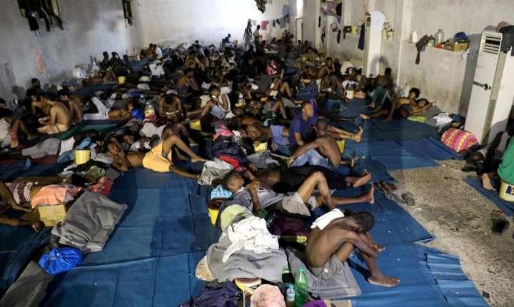 Migranti retinuti într-un centru din Libia