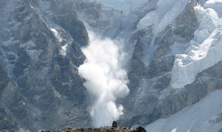 Avalanşă pe munte - ilustraţie (Sursa foto: pixabay)