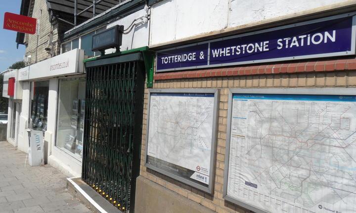 Stația de metrou Totteridge and Whetstone în nordul Londrei