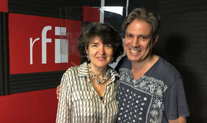 Sandra Pralong și Nicolas Don in studioul de inregistrari RFI