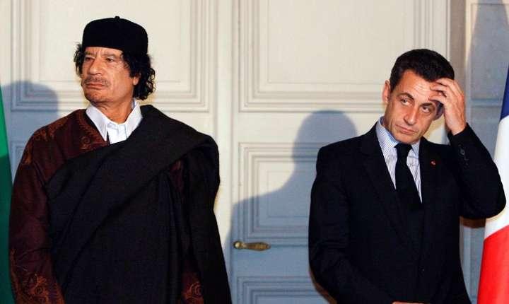Colonelul si liderul libian Muammar Gaddafi, la palatul Elysée, în compania presedintelui francez Nicolas Sarkozy, 10 decembrie 2007