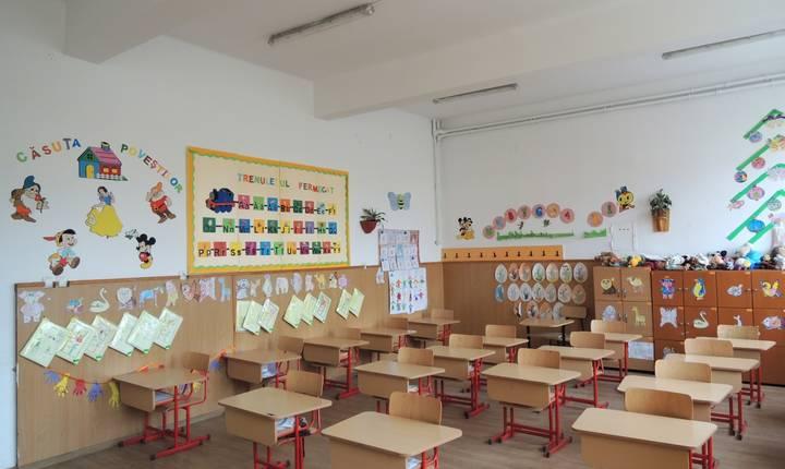 Noul an scolar: scoli fara autorizatii, manuale unice cu greseli, mai putini elevi