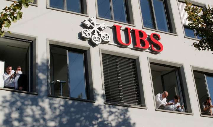 Sediul bancii UBS si câtiva angajati la o fereastra, Zurich, Elvetia.
