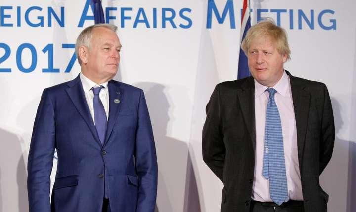Seful diplomatiei franceze Jean-Marc Ayrault (s) si omologul sau britanic Boris_Johnson (d) au participat la reuninea G7 din Italia