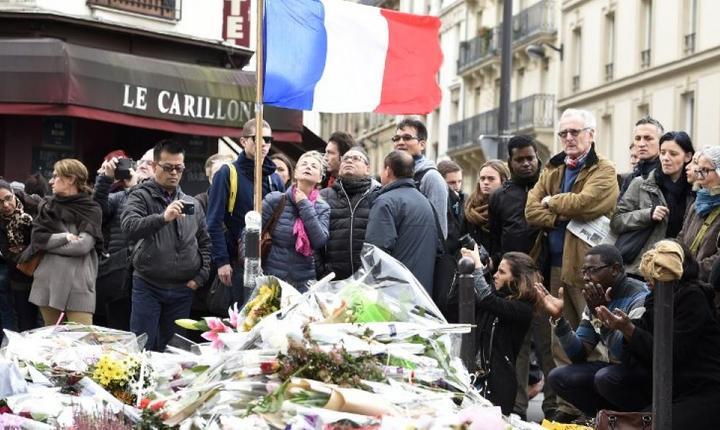 Luni la ora 12 trecàtori pàstreazà minutul de reculegere în memoria celor 129 de morti în atentatele din 13 noiembrie în fata barului Le Carillon din arondismentul 10 al Parisului