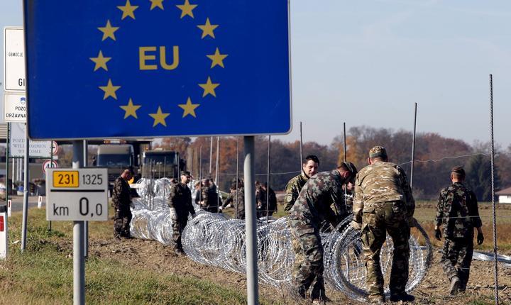 Soldaţi sloveni instalează garduri de sârmă ghimpată la graniţă (Foto: Reuters/Srdjan Zivulovic/arhivă)