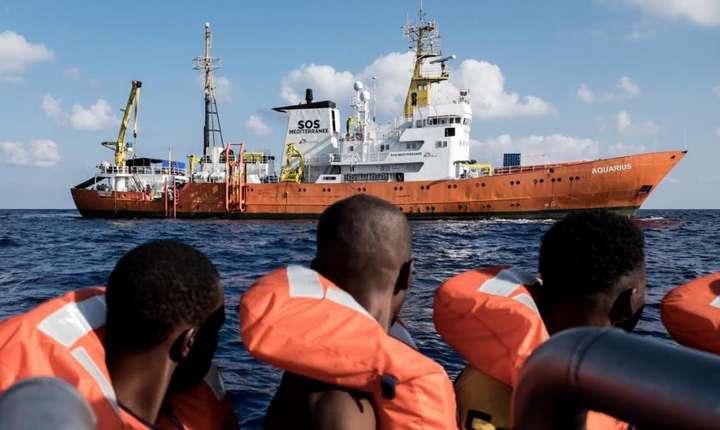 """Vasul """"Aquarius"""" în plină operaţiune de salvare în Mediterana pe 5 septembrie 2016"""