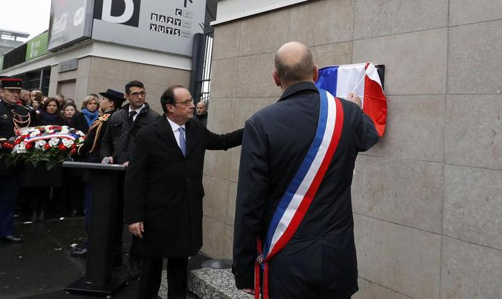 Presedintele Frantei, François Hollande dezveleste o placà comemorativà la intrarea în Stade de France, acolo unde a început seria de atentate jihadiste din 13 noiembrie 2015
