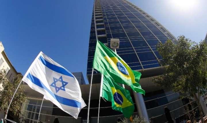 Steagul Israelului si cel al Braziliei în fata ambasadei braziliene de la Tel Aviv, 28 octombrie 2018.