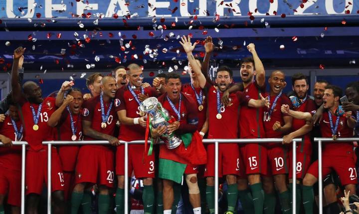 Jucătorii portughezi sărbătoresc succesul de la Euro 2016 (Foto: Reuters/Kai Pfaffenbach Livepic)