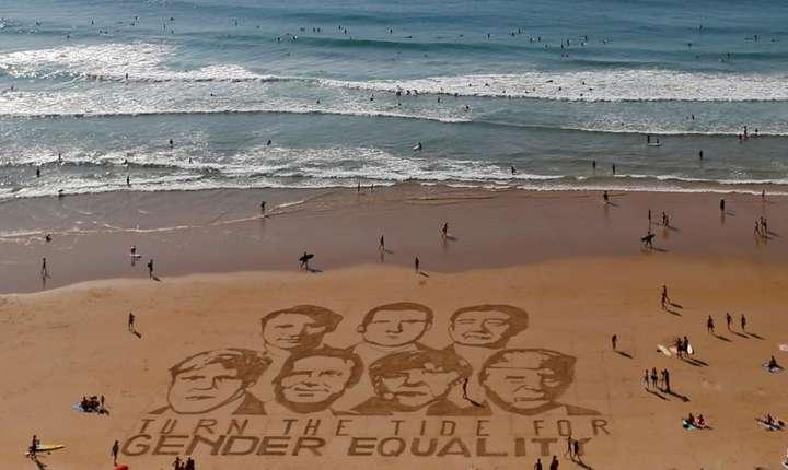 Chipurile liderilor G7, desenate pe nisipul din Biarritz de artistul Sam Dougados, cu un mesaj ce promovează egalitatea (Foto: Reuters/Regis Duvignau)