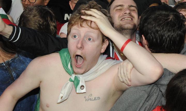 Suporter galez, uimit de victoria echipei sale în faţa Belgiei, la Euro 2016 (Foto: Reuters/Rebecca Naden)