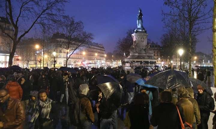 Sute de persoane s-au reunit în Place de la Republique, Paris, în cadrul 'Nuit Debout', 2 aprilie 2016