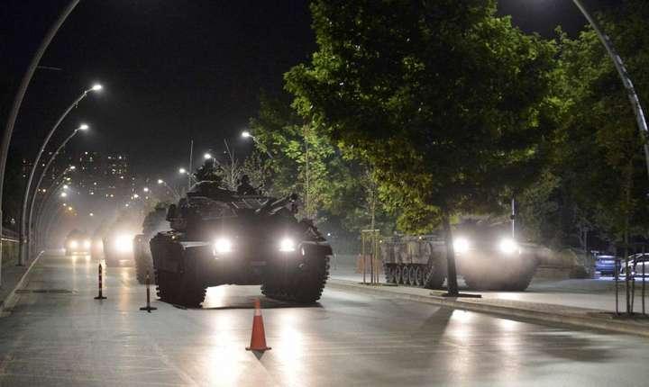 Tancuri ale armatei turcesti pe stràzile Ankarei pe 16 iulie 2016