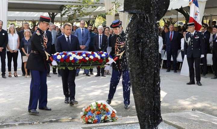 Presedintele francez Emmanuel Macron depune o coroanà de flori la monumentul în memoria victimelor terorismului, Paris, 19 septembrie 2018