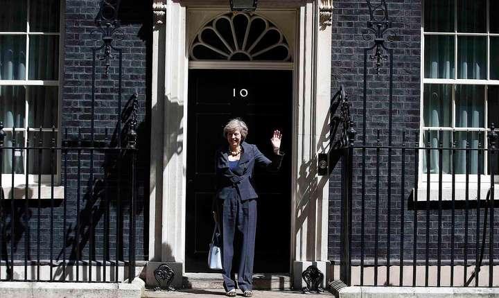 Theresa May în fața reședinței de la 10, Downing Street