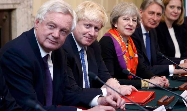 Theresa May înconjurată de principalii ei miniștri