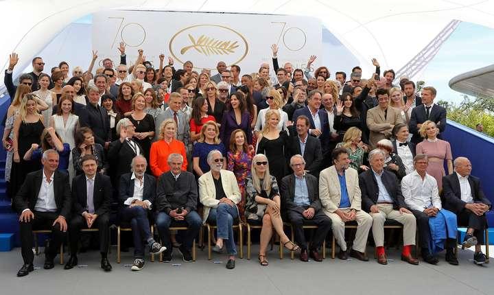 Imagine de grup cu mari cineasti reuniti la Cannes cu ocazia celor 70 de ani ai Festivalului (Cristian Mungiu este al doilea din stânga jos)