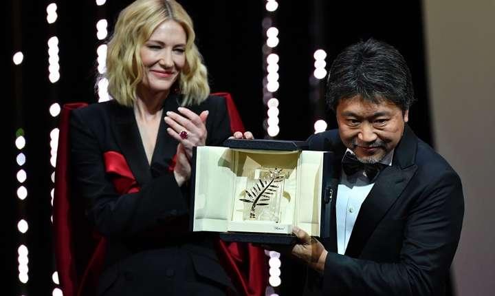 Cate Blanchett, presedinta juriului de la Cannes 2018, îi înmâneazà La Palme d'or japonezului Hirokazu Kore-Eda