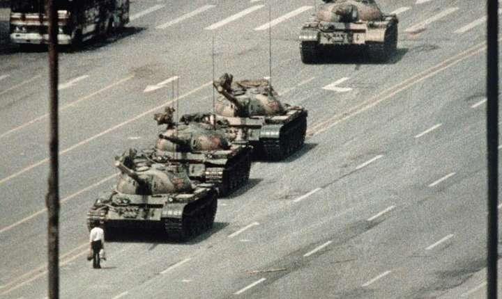 Un om care încearcà sà opreascà o coloanà de tancuri în piata Tiananmen; este cea mai cunoscutà imagine a masacrului comis începând cu noaptea de 3 spre 4 iunie 1989