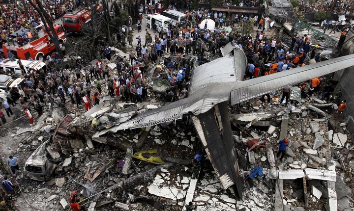 Rămăşiţele avionului militar prăbuşit în Indonezia (Foto: Reuters/Roni Bintang)