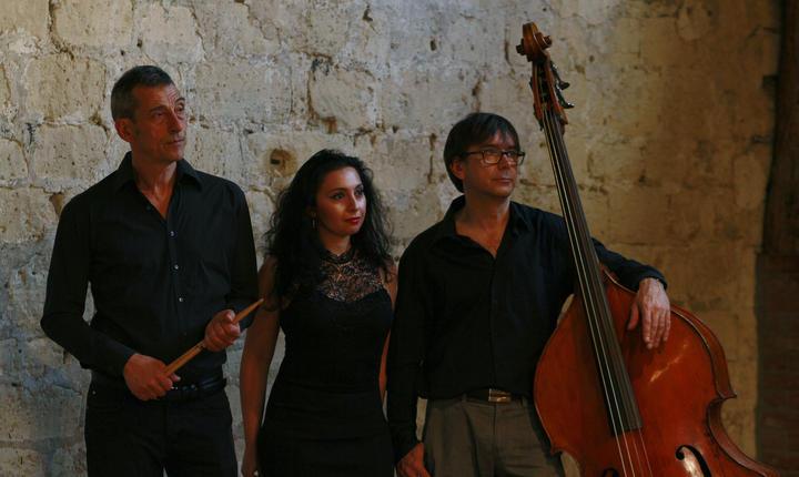 Bateristul Frédéric Sicart, pianista Ramona Horvath si contrabasistul Nicolas Rageau