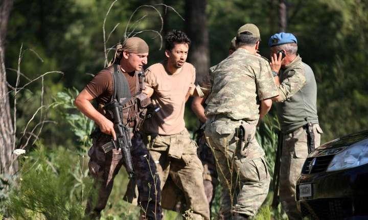 Militari îl aresteazà pe sergentul Erkan Cikat, bànuit cà ar fi fost implicat în puciul ratat din 15 iulie 2015 în Turcia