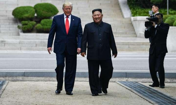 Donald Trump şi Kim Jong-un în zona demilitarizată a celor două Corei.