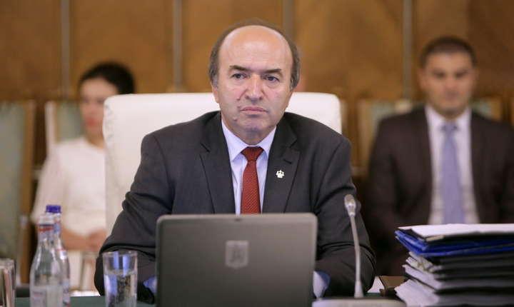 Ministrul Justiției Tudorel Toader a prezentat un raport de 63 de pagini, cu 20 de puncte, în care i-a făcut un veritabil rechizitoriu procurorului general Augustin Lazăr.