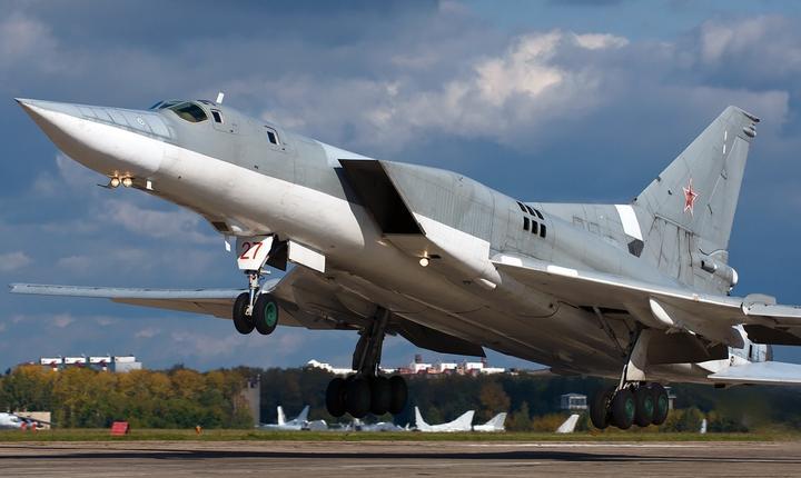 Bombardierele Tu-22M3 pot ataca ținte cu rachete ghidate supersonice și cu bombe cu focoase convenționale sau nucleare